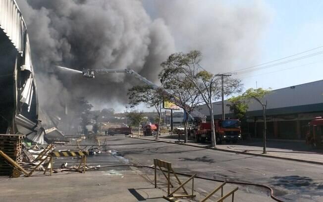Incêndio de grandes proporções atinge Ceasa Minas nesta quinta-feira (7). Causas estão sendo apuradas