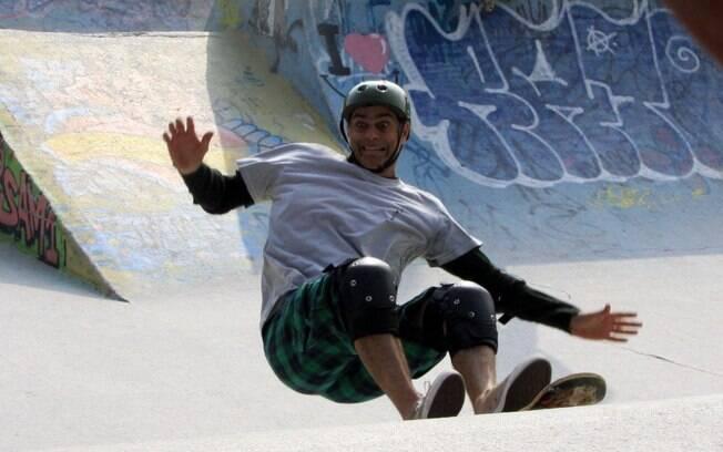 Eduardo Moscovis, o intérprete de Léo, cai de skate e é socorrido pela ex, Giovana, personagem de Débora Secco