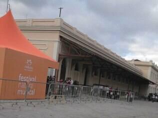 Tenda do evento está montado ao lado da entrada da estação do metrô