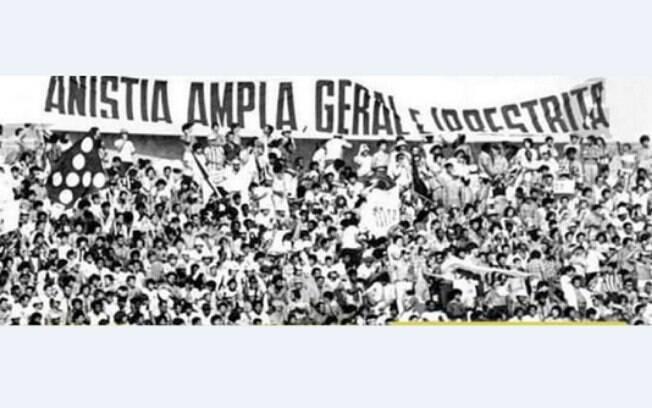 Gaviões da Fiel leva faixa escrito 'Anistia ampla, geral e irrestrita' para jogo contra o Santos, no Morumbi, em 1979