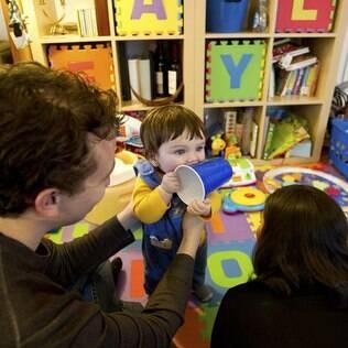 Adam e Danna Zeiger com o filho Eyal, de seis meses: ambos estudam química, mas segundo Adam, não sabem