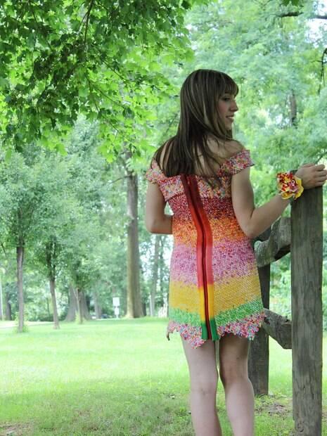 Mulher guarda papel de bala por 4 anos para fazer um vestido!