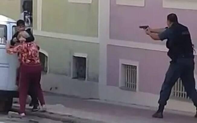 Idosa foi feita refém por assaltante, que acabou morto pela PM no Rio de Janeiro; a vítima não se feriu no episódio