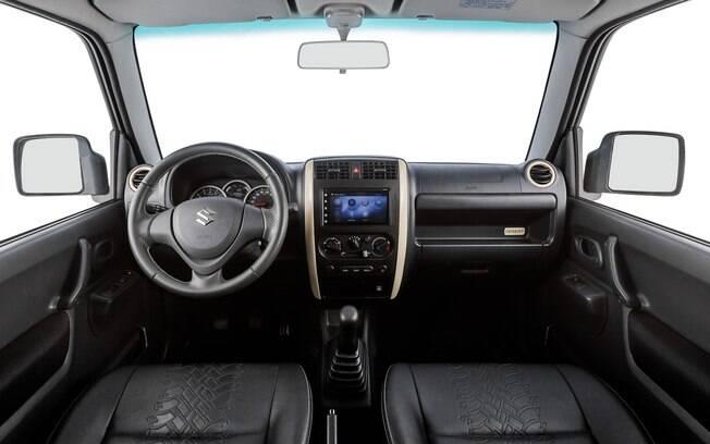 O interior do Suzuki Jimny é minimalista, tal como a muitos off-road. Entretanto, tem equipamentos de entretenimento