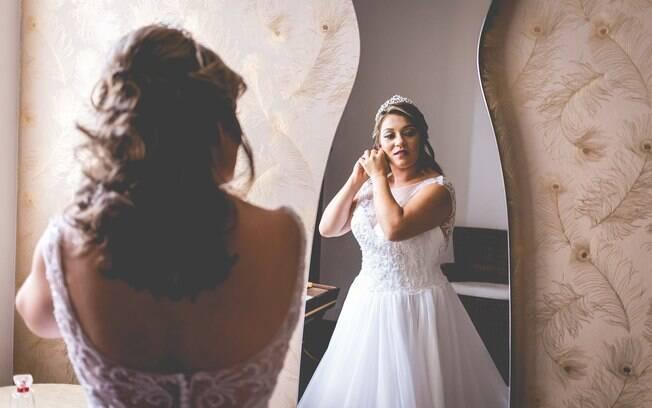 Desde a adolescência, a faxineira ia a lojas de noiva para provar os vestidos e imaginar como seria o grande dia