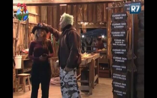 Gui aconselha Raquel ao passar chapéu