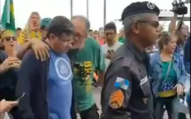 Marcelo Madureira é escoltado pela Polícia Militar