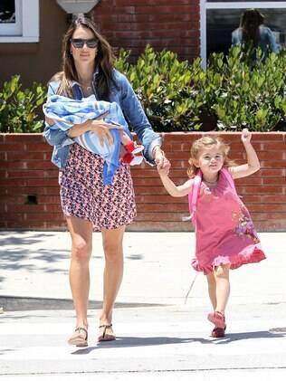 Com Noah no colo, Alessandra Ambrosio busca Anja na escola em Malibu, na Califórnia