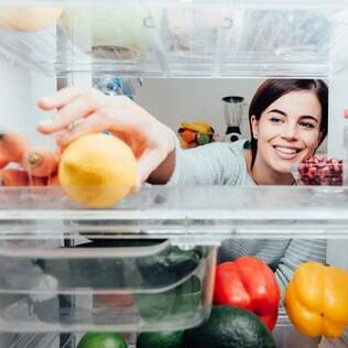 Para reduzir odores na geladeira, o ideal é manter todos os alimentos em potes com tampa