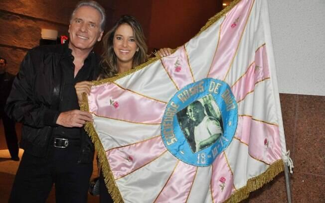 Roberto Justus e Ticiane Pinheiro com a bandeira da Rosas de Ouro. A escola homenageia o empresário no carnaval 2012