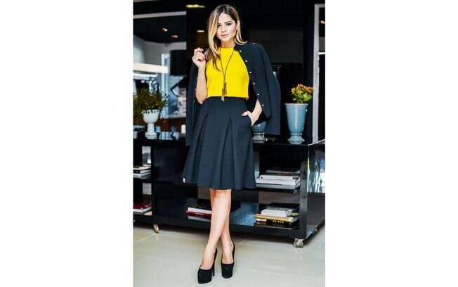 Look para entrevista de emprego com saia cintura alta e comprimento na altura do joelho
