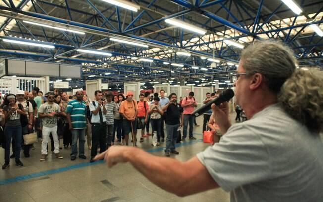 Funcionários do Metrô de São Paulo em assembleia nesta terça (14) para organizar a paralisação geral