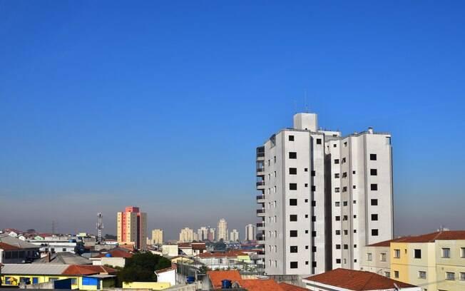 São Paulo com sol e céu azul