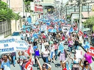 Pressão.  Educadores realizaram passeata na sexta (21) e começaram as paralisações na rede pública