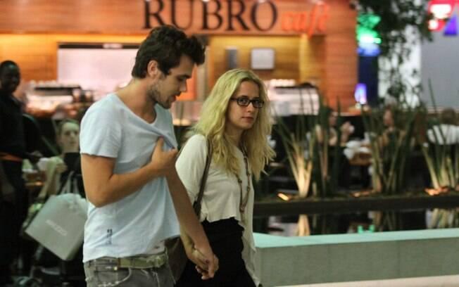 Paloma Duarte e Bruno Ferrari passeiam em shopping