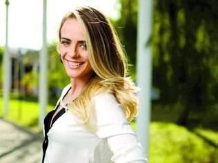 """Processo. Juliana Silveira afirma que teve que fazer aulas de motocross para interpretar a vilã Priscila em """"Vitória"""""""