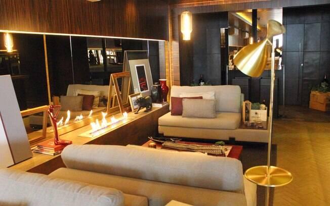 A luminária dourada confere sofisticação ao Wine Bar, ambiente assinado pela arquiteta Maithiá Guedes