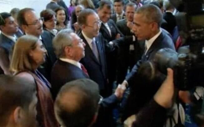 Barack Obama e Raúl Castro se encontram na Cúpula das Américas, na Cidade do México (11/04/2015)