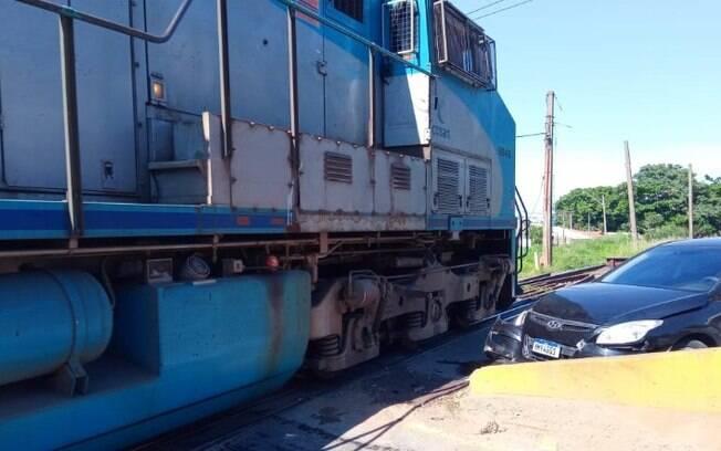 Carro com idosos e criança é atingido por trem em Hortolândia