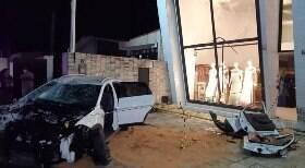 Motorista bate em duas lojas e em muro de casa em Natal