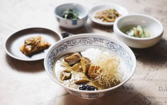 Arroz, kimchi, banchans, naengguk e fruta do dia compõem o cardápio