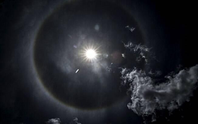 Quem quiser ver este belo fenômeno precisa, no entanto evitar olhar diretamente para o Sol