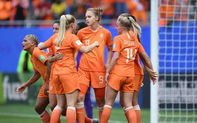 Holanda vence Camarões por 3 a 1 e é líder do Grupo E