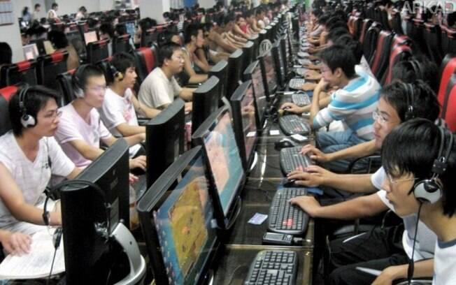 Imagem de um cyber café na China mostra a influência dos jogos online sobre a juventude do século XXI