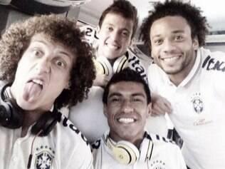David Luiz, Bernard, Marcelo e Paulinho posam para selfie no ônibus da seleção