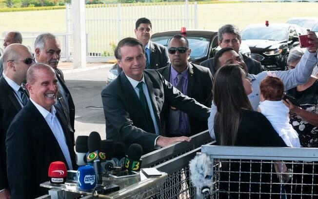 Jair Bolsonaro fala com a imprensa ao sair do Palácio da Alvorada