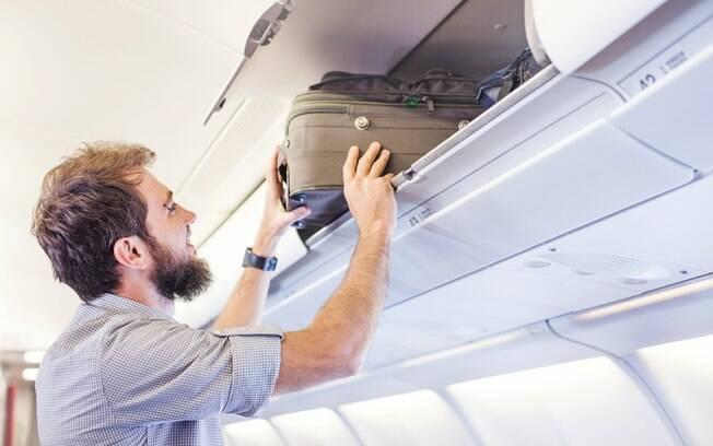 A maioria dos passageiros defendeu os comissários de bordo, e disse que é dever do passageiro guardar a bagagem