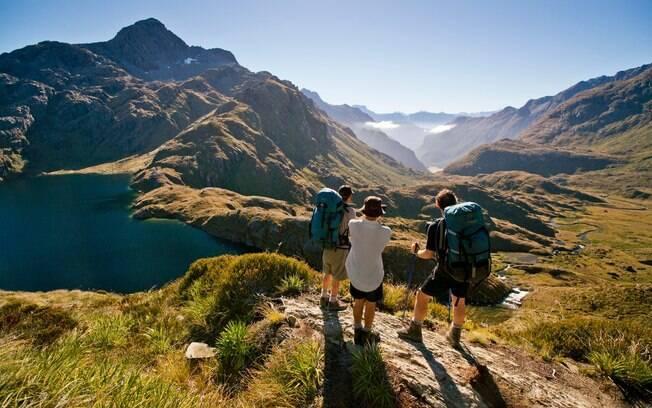 Turistas fazendo trilha pelo Parque Nacional Fiordland