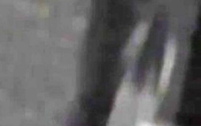Mulher fantasma fica parada em um canto do estacionamento escuro e depois desaparece do nada