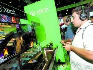 """Test drive"". Público experimenta ""Super Ultra Dead Rising 3 Arcade Remix Hyper Edition"" no estande da Microsoft"