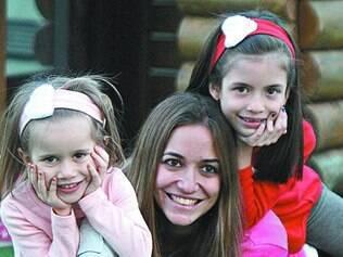 Felizes. Ysabela Aires prefere que suas duas filhas usem boa parte do tempo que têm para brincar