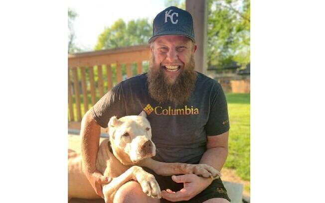 Nate e o cachorro idoso resgatado por ele