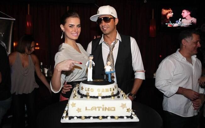 Latino ganhou um bolo todo enfeitado e  posou para fotos ao lado da namorada na comemoração de seu aniversário nessa quarta-feira (08), em São Paulo