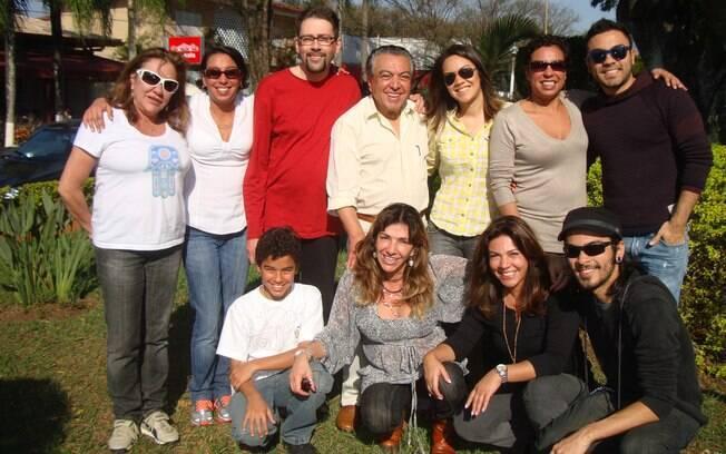Maurício de Sousa e seus dez filhos. Depois de quatro casamentos, ele vive com Alice Takeda, uma de suas ex-mulheres