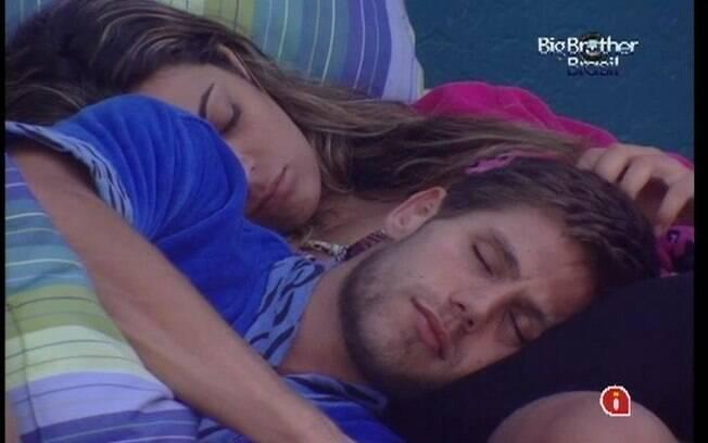 Jonas acaba pegando no sono no colo de Monique