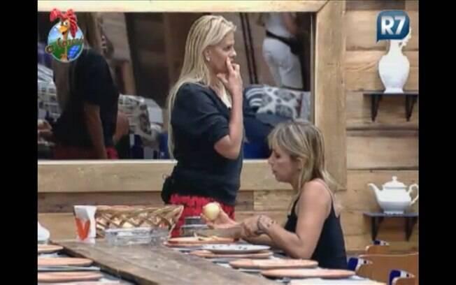 Anna Markun e Monique Evans se revezam nas funções da cozinha, enquanto conversam
