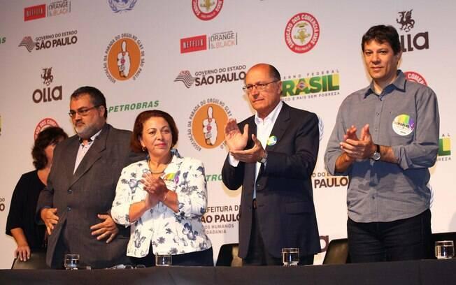 O presidente da Apoglbt Fernando Quaresma, a ministra Ideli Salvatti, o governador Geraldo Alckmin e o prefeito Fernando Haddad no auditório da Fecomércio, em SP