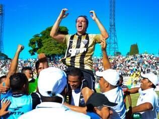 Tulio Maravilha comemorou muito o gol de número 1.000 em sua carreira, segundo sua contagem