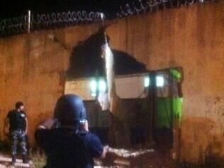 Integrantes de uma quadrilha usaram um caminhão roubado para quebrar muro do Complexo Penitenciário de Pedrinhas