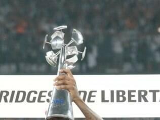 Jô com o merecido troféu de artilheiro da Copa Libertadores da América