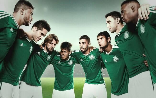 Jogadores do Palmeiras posam com a nova  camisa nº 1