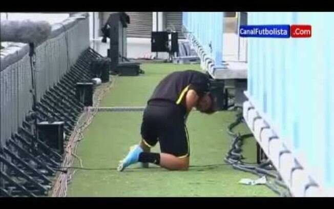 Mario Götze foi flagrado urinando dentro de  campo em um jogo da Champions