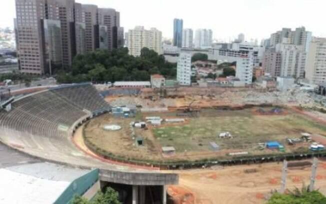 Por exigência da prefeitura, contudo, o anel  da arquibancada não pôde ser posto abaixo
