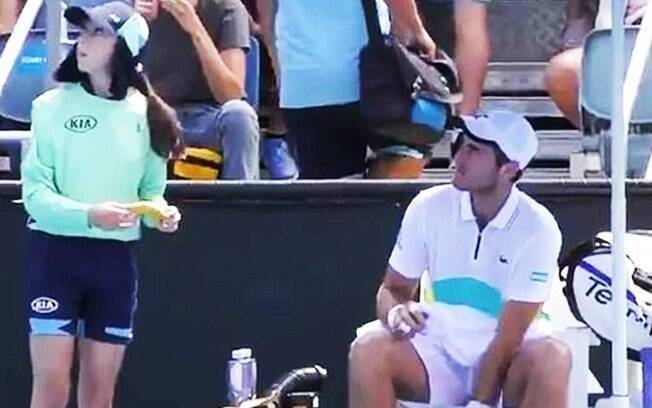 Tenista francês Elliot Benchetrit pediu para pegadora de bolas descascar sua banana