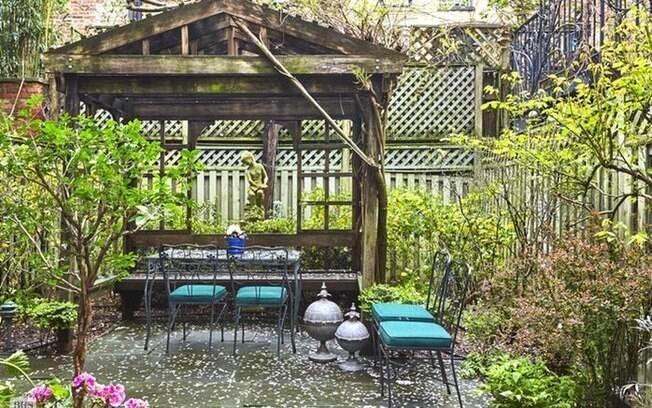 A casa tem até um agradável e charmoso jardim, com arbustos e flores variados e um espacinho para relaxar