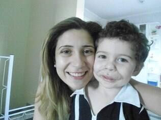 Murilo, em casa, junto com a mãe Helen. O menino está falante e não teme nem os cachorros e nem o espelho